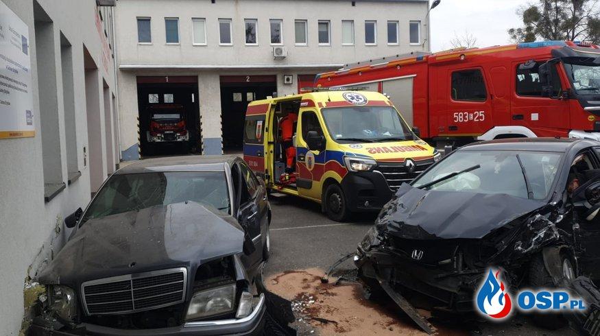 Wypadek na parkingu JRG w Strykowie. Rozpędzony samochód staranował auta strażaków. OSP Ochotnicza Straż Pożarna