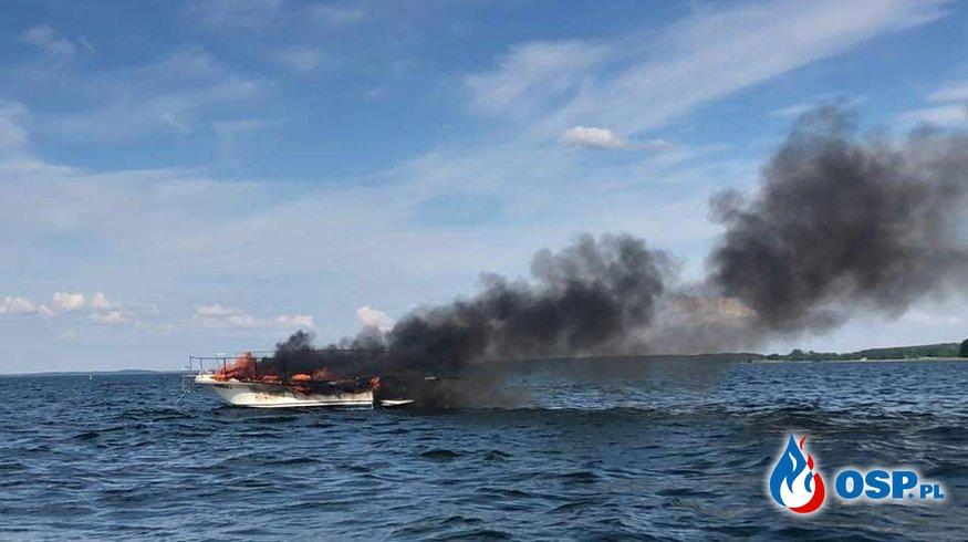 Pożar łodzi na jeziorze Śniardwy. Dwie osoby trafiły do szpitala. OSP Ochotnicza Straż Pożarna