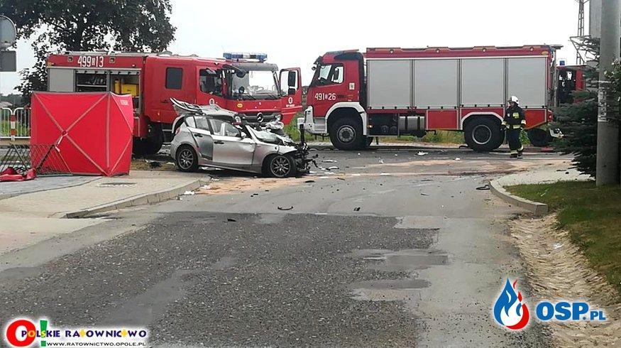 Zderzenie BMW z ciężarówką. Nie żyje kobieta, dwie osoby ranne w tym dziecko.  OSP Ochotnicza Straż Pożarna