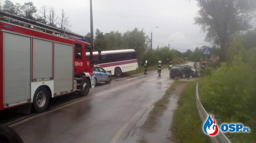 Zderzenie samochodu osobwego z autokarem OSP Ochotnicza Straż Pożarna