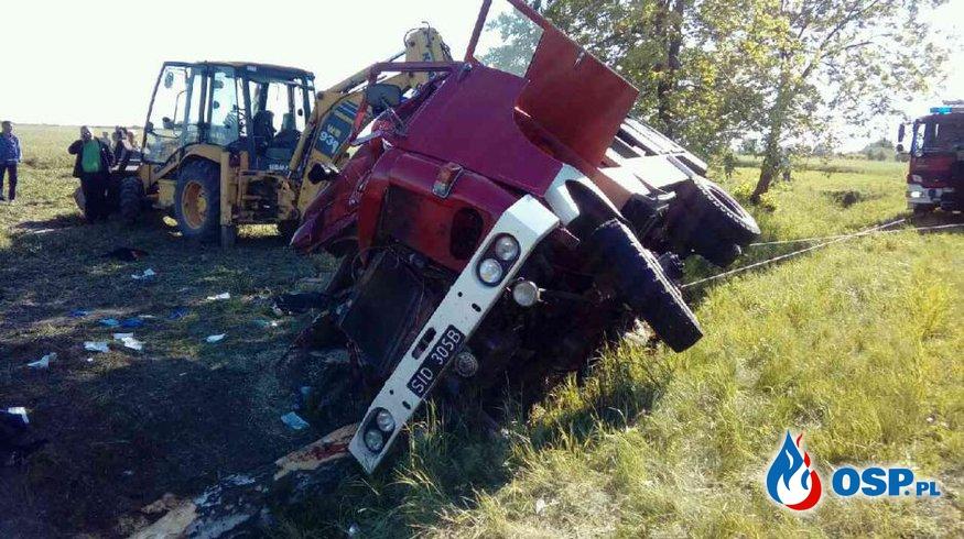 Wypadek wozu strażackiego OSP Pęczniew. Pięciu rannych, dowódca zabrany przez śmigłowiec LPR. OSP Ochotnicza Straż Pożarna