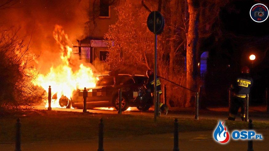 Pożar taksówki w Warszawie. Kierowca próbował stłumić płomienie gaśnicą. OSP Ochotnicza Straż Pożarna