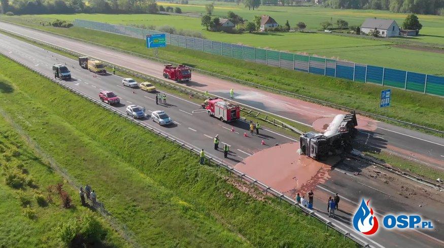 24 tony czekolady wylało się na autostradę A2. Neutralizacją zajęli się strażacy :) OSP Ochotnicza Straż Pożarna
