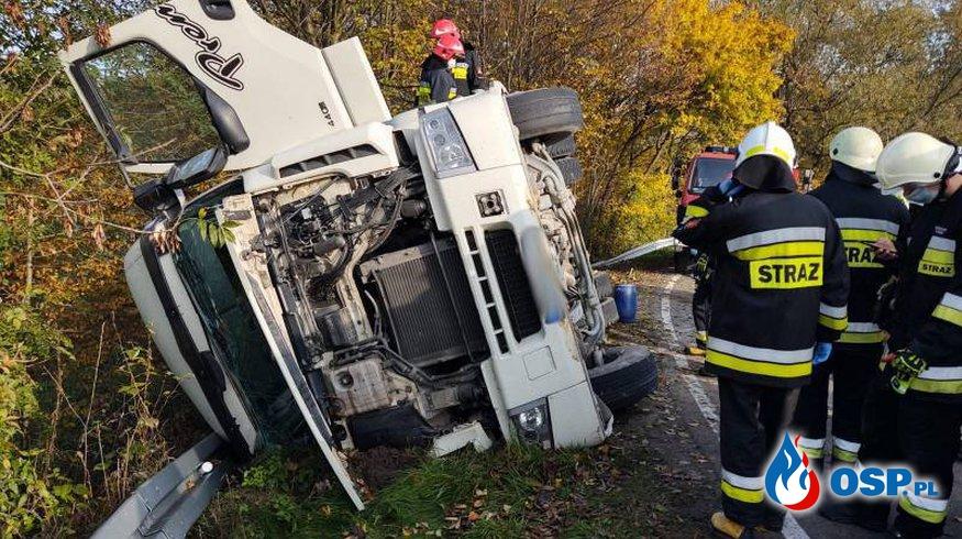 Ciężarówka z cementem przewróciła się na bok. Akcja strażaków pod Nowym Sączem. OSP Ochotnicza Straż Pożarna