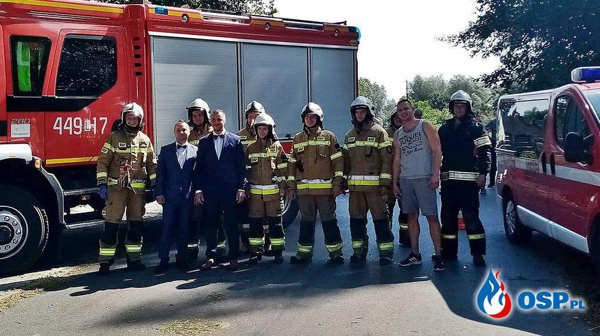 Pożar podczas wesela strażaka. Pan młody i goście ruszyli do akcji gaśniczej. OSP Ochotnicza Straż Pożarna