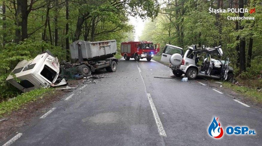 Czołowe zderzenie terenówki z ciężarówką. Jedna osoba zginęła. OSP Ochotnicza Straż Pożarna