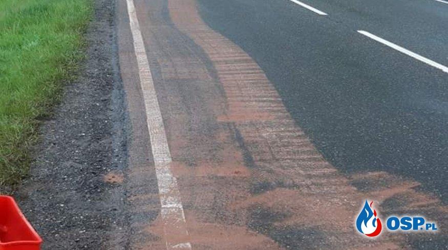 Wyciek oleju napędowego z samochodu ciężarowego OSP Ochotnicza Straż Pożarna