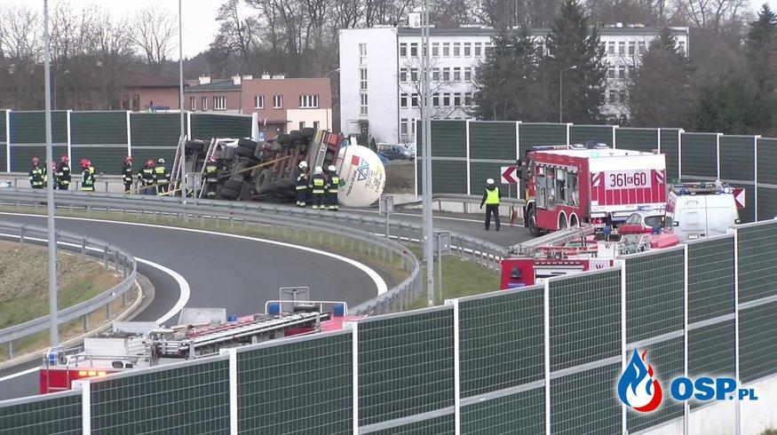 Cysterna z dwutlenkiem węgla przewróciła się na zjeździe z A4 OSP Ochotnicza Straż Pożarna
