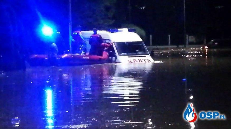 Woda porwała wóz strażacki. W środku ewakuowana rodzina z dziećmi. OSP Ochotnicza Straż Pożarna