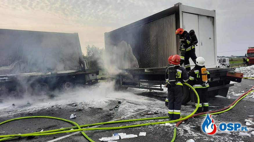 Ciężarówka zapaliła się po wypadku na S8. Wiozła kontenery do szpitala na Stadionie Narodowym. OSP Ochotnicza Straż Pożarna