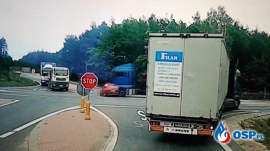 Osobowy opel staranowany przez ciężarówkę. Tak doszło do wypadku! OSP Ochotnicza Straż Pożarna