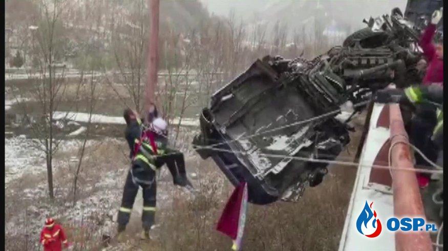 Trudna akcja ratunkowa w Chinach. Kierowca uwięziony w ciężarówce wiszącej na moście. OSP Ochotnicza Straż Pożarna