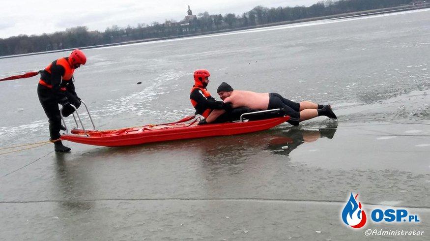 Lód załamał się pod człowiekiem foto-wideo OSP Ochotnicza Straż Pożarna