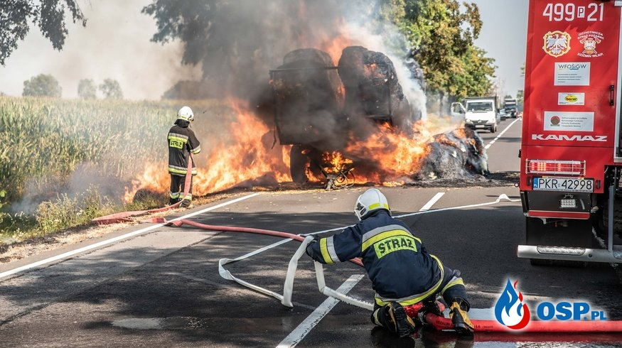Przyczepa z balotami słomy w ogniu. Akcja gaśnicza na DK15. OSP Ochotnicza Straż Pożarna