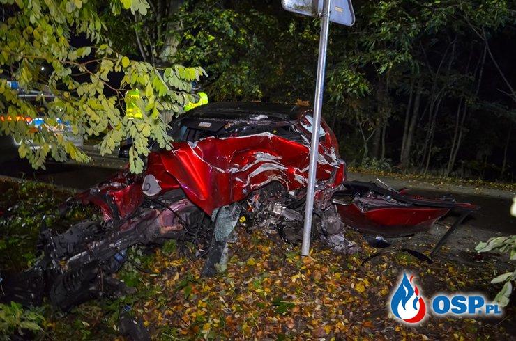 Tragiczny wypadek pod Jarocinem. Mercedes roztrzaskał się na drzewie, z auta wypadł silnik. OSP Ochotnicza Straż Pożarna