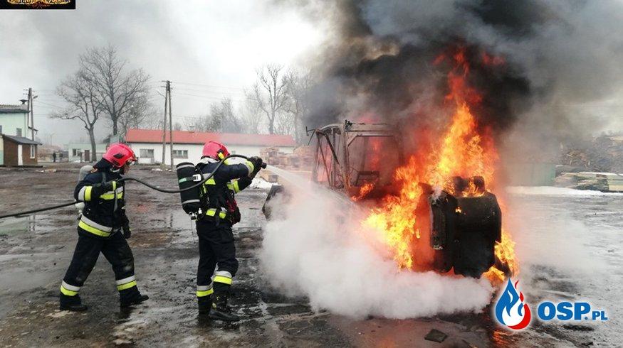 Pożar ładowarki w tartaku. Pracownik zdążył wyjechać maszyną z garażu. OSP Ochotnicza Straż Pożarna