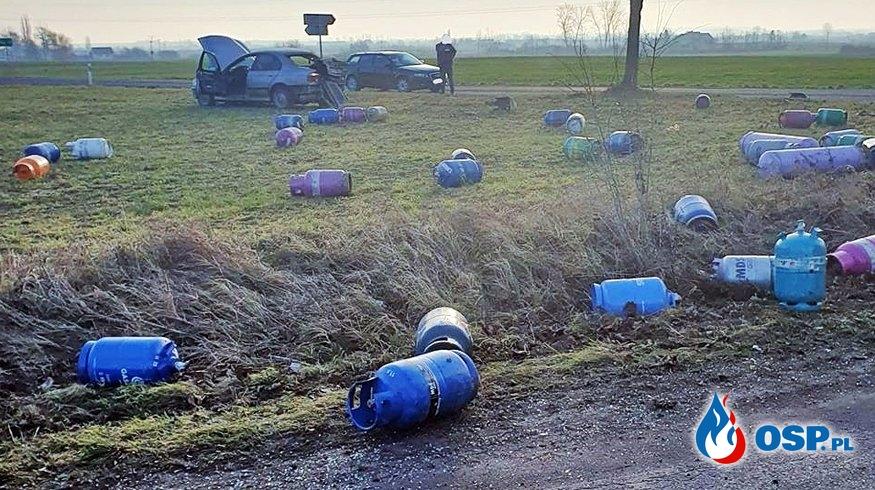 Ponad 100 butli z gazem na polu. To efekt zderzenia dwóch aut. OSP Ochotnicza Straż Pożarna