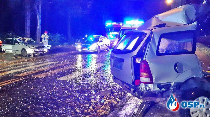 Auto rozpadło się na pół po zderzeniu z latarnią. Dwie osoby zginęły, dwie są ranne. OSP Ochotnicza Straż Pożarna