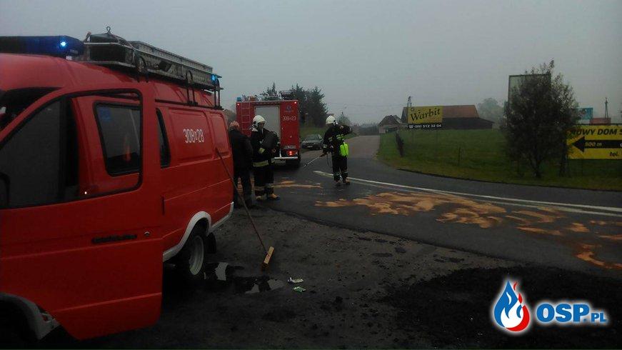 Plama ropopochodna na jezdni OSP Ochotnicza Straż Pożarna