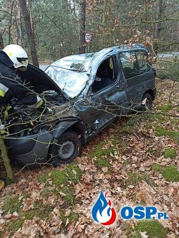 Kierowca skosił betonowy słup i wjechał w las OSP Ochotnicza Straż Pożarna
