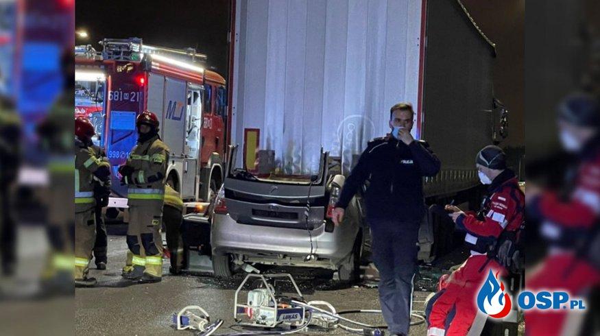 Taksówka wbiła się pod naczepę ciężarówki na S8 OSP Ochotnicza Straż Pożarna