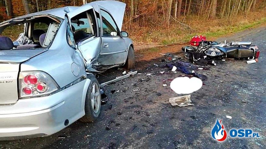 Motocykl wbił się w bok samochodu. Jedna osoba zginęła. OSP Ochotnicza Straż Pożarna