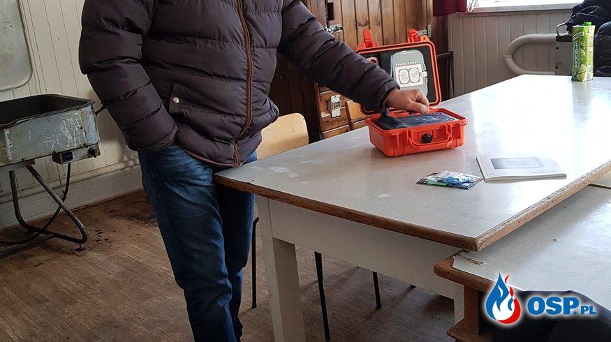Zapoznanie się z nowym defibrylatorem. OSP Ochotnicza Straż Pożarna
