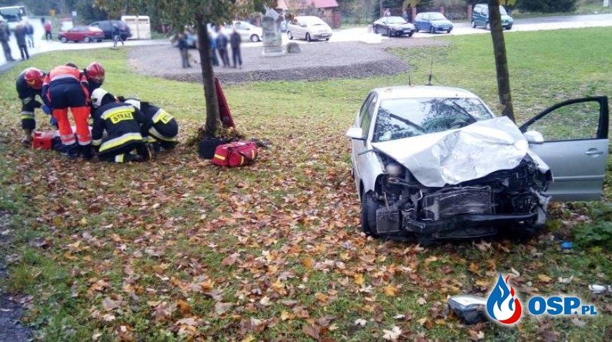 Samochód osobowy na łuku drogi zderzył się z ciężarówką. Dwie osoby ranne. OSP Ochotnicza Straż Pożarna