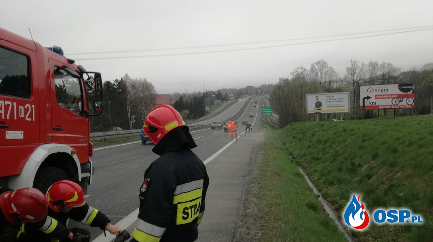 Żwir rozsypany na zakopiance - 11 kwietnia 2019r. OSP Ochotnicza Straż Pożarna