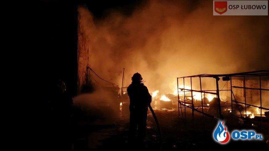 Nocny pożar w Woźnikach. Przyczepa kempingowa doszczętnie spłonęła. OSP Ochotnicza Straż Pożarna