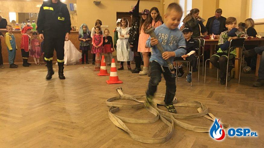 Tor przeszkód na zabawie Andrzejkowej dla dzieci. OSP Ochotnicza Straż Pożarna
