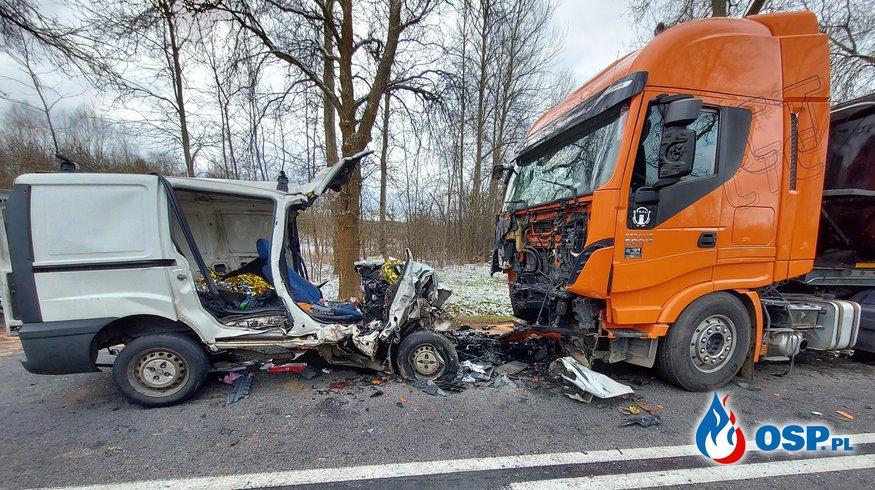 Zjechał na przeciwny pas i czołowo zderzył się z ciężarówką. Dwie osoby nie żyją. OSP Ochotnicza Straż Pożarna