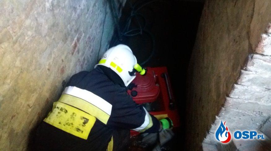 Zalana piwnica po intensywnych opadach deszczu OSP Ochotnicza Straż Pożarna
