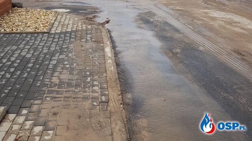 Zalana droga błotem po opadach deszczu w miejscowości Józefów OSP Ochotnicza Straż Pożarna