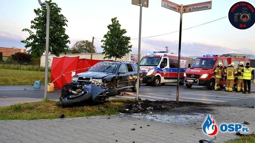 Motocykl zapalił się po zderzeniu z autem. Jedna osoba zginęła. OSP Ochotnicza Straż Pożarna
