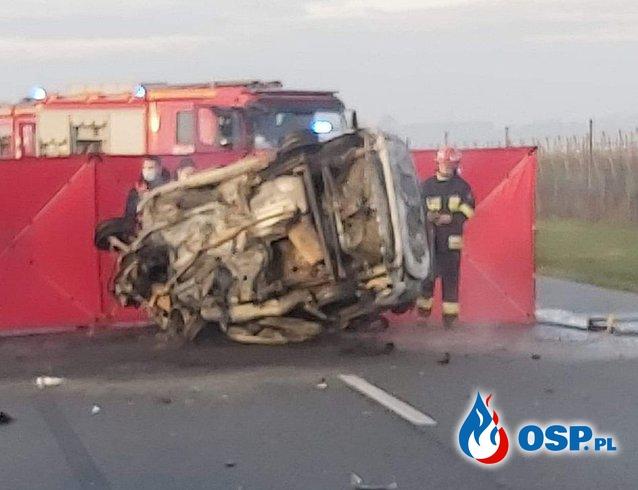 Auto zapaliło się po zderzeniu z innym pojazdem. Trzy osoby zginęły. OSP Ochotnicza Straż Pożarna