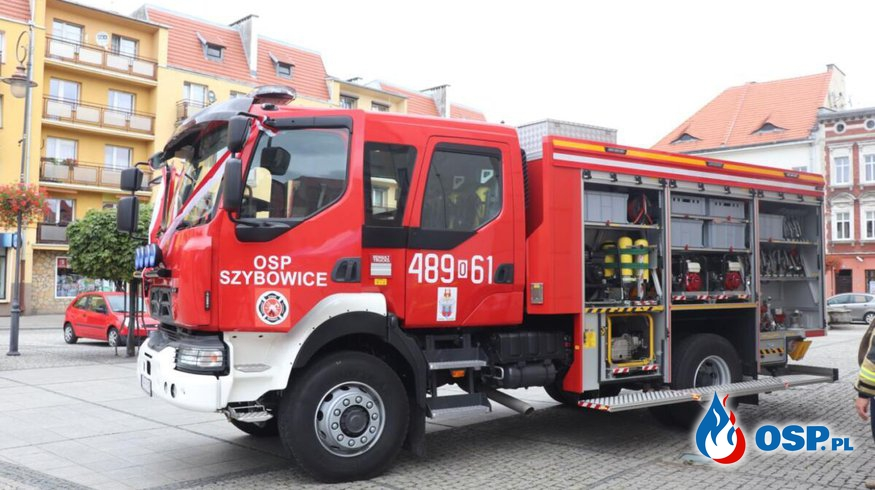 OSP Szybowice z nowym wozem. Renault przekazano strażakom na prudnickim rynku. OSP Ochotnicza Straż Pożarna