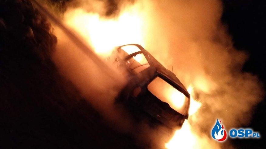 Pożar porzuconego samochodu osobowego przy DW 871 OSP Ochotnicza Straż Pożarna
