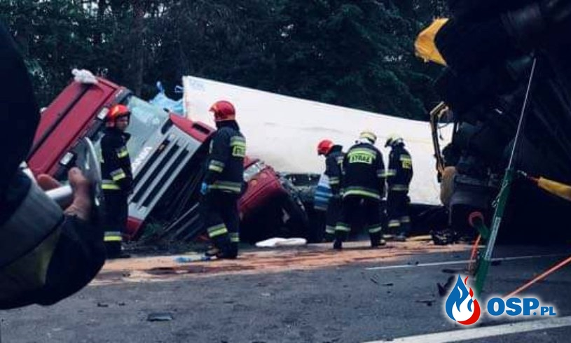 Groźny wypadek na DK 7. Zderzyły się 3 ciężarówki i samochód osobowy. OSP Ochotnicza Straż Pożarna