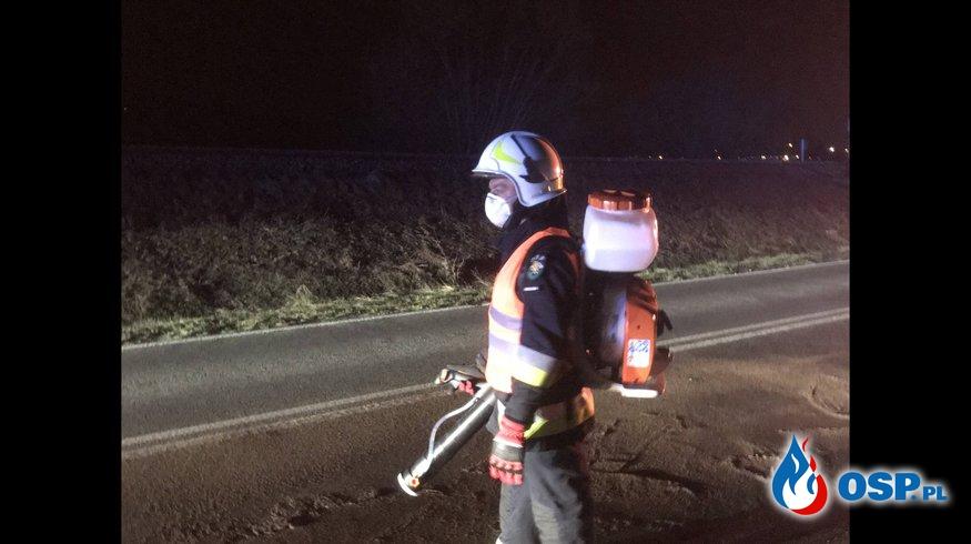 Plama substancji ropopochodnej na DW 977 w Siedliskach OSP Ochotnicza Straż Pożarna
