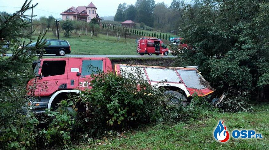 Wóz strażacki wypadł z drogi jadąc do akcji. Trzech strażaków zostało rannych. OSP Ochotnicza Straż Pożarna