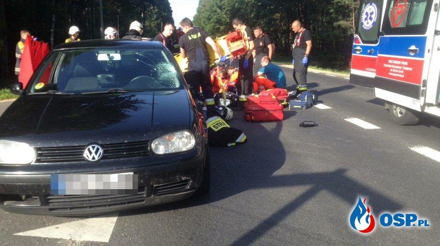 Zderzenie samochodu osobowego z motorowerem w Zawadzkiem. OSP Ochotnicza Straż Pożarna