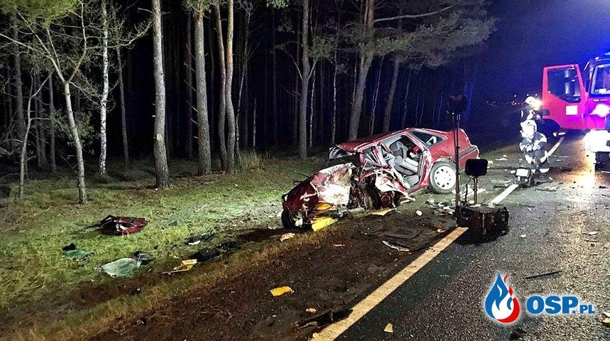 Auto zmiażdżone po czołowym zderzeniu z ciężarówką. Jedna osoba ciężko ranna. OSP Ochotnicza Straż Pożarna