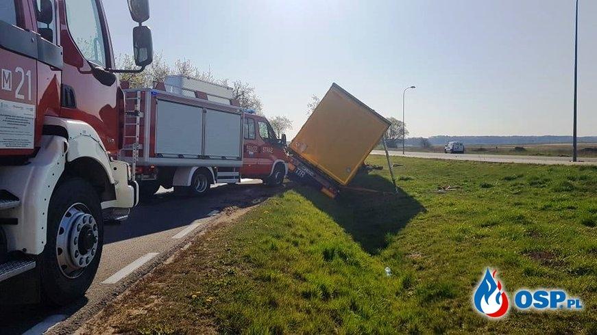 Auto zmiażdżone po czołowym zderzeniu z ciężarówką. Zginął 59-latek. OSP Ochotnicza Straż Pożarna