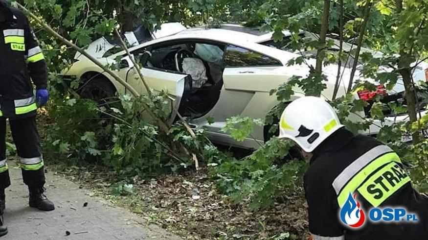 Groźny wypadek na DW 302. Lamborghini Gallardo zderzyło się z Fordem. OSP Ochotnicza Straż Pożarna