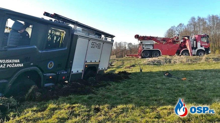 Wóz strażaków utknął podczas akcji. Wyciągnął go Rotator. OSP Ochotnicza Straż Pożarna