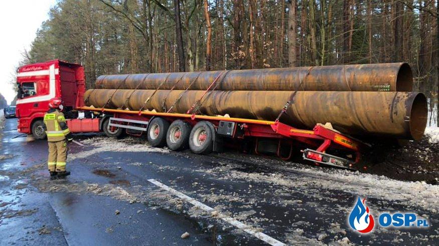 Ciężarówka wioząca rury zatarasowała drogę. Naczepa wpadła do rowu. OSP Ochotnicza Straż Pożarna