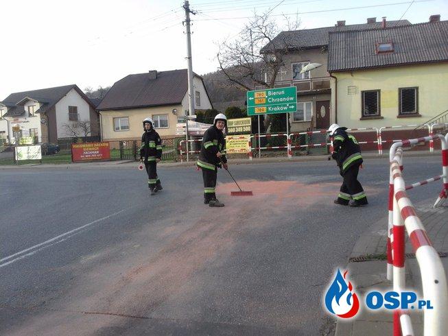 Plama oleju - ul. Krakowska w Babicach OSP Ochotnicza Straż Pożarna