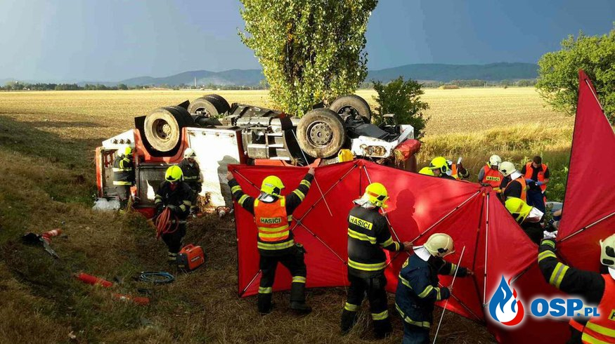 Wypadek wozu strażackiego w drodze do akcji w Czechach. Dowódca zginął. OSP Ochotnicza Straż Pożarna