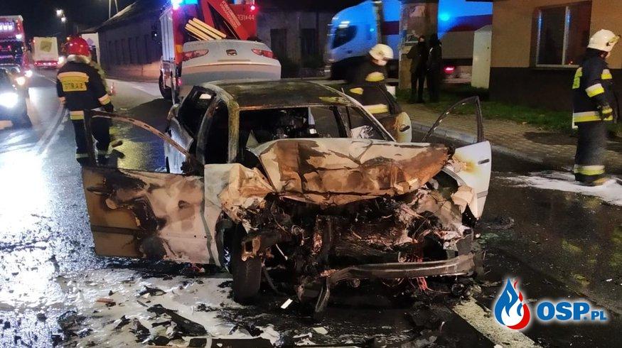 Kierowca ciężarówki uratował mężczyznę z płonącego auta. Samochód zapalił się po czołowym zderzeniu. OSP Ochotnicza Straż Pożarna